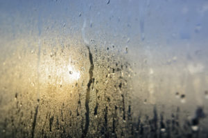 Kondenswasser an der Fensterscheibe